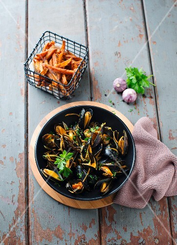 Mussels with sweet potato chips