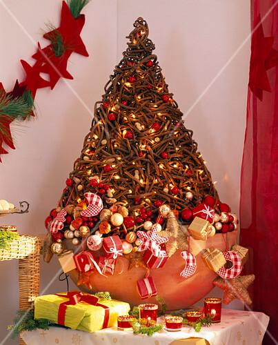 stilisierter weihnachtsbaum aus ranken bild kaufen. Black Bedroom Furniture Sets. Home Design Ideas