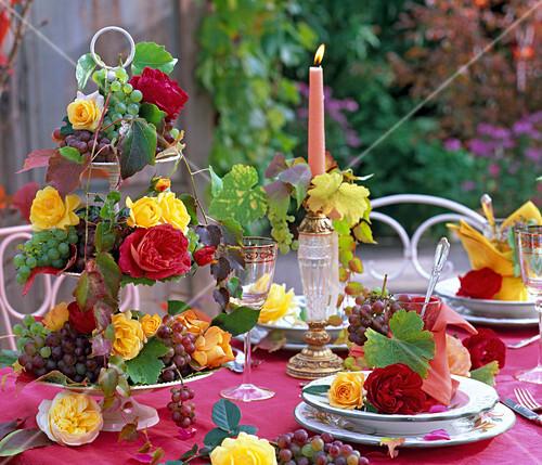 Herbst tischdekoration mit rosen und trauben bild kaufen 12141431 stockfood - Tischdekoration mit rosen ...