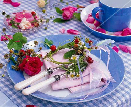 rosen walderdbeer tischdeko bild kaufen friedrich strauss gartenbildagentur. Black Bedroom Furniture Sets. Home Design Ideas