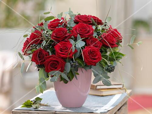 winterlicher strau aus roten rosa rosen eucalyptus hedera bild kaufen friedrich strauss. Black Bedroom Furniture Sets. Home Design Ideas