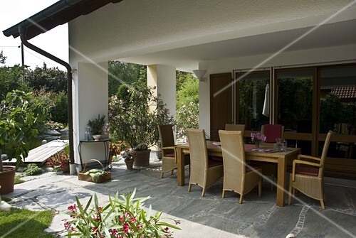 sitzgruppe auf gepflasterter terrasse unter dach bild kaufen friedrich strauss gartenbildagentur. Black Bedroom Furniture Sets. Home Design Ideas