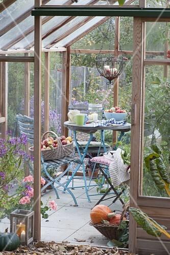 kleine terrasse im gew chshaus tisch und st hle bild kaufen friedrich strauss gartenbildagentur. Black Bedroom Furniture Sets. Home Design Ideas