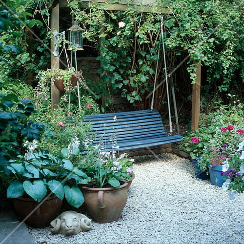 h ngende sitzbank zwischen rose albertine und hosta. Black Bedroom Furniture Sets. Home Design Ideas
