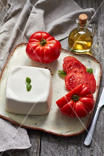 Vegan mozzarella with tomatoes
