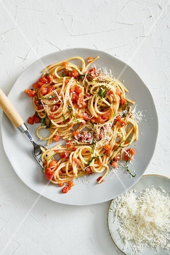 Spaghetti with parmesan and tomato