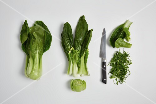 Rinsing and chopping pak choi (step by step)