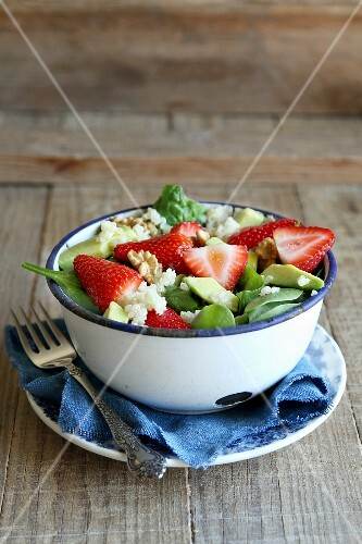 Quinoa salad with strawberry, avocado and spinach