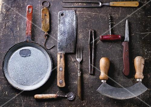 Vintage kuchenutensilien auf dunklem untergrund bild for Vintage küchenutensilien
