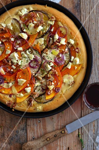 Pizza with pumpkin, aubergines and red onions
