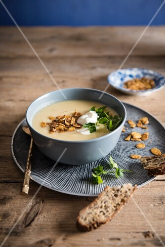 Parsnip soup with curried almonds and sour cream with bread