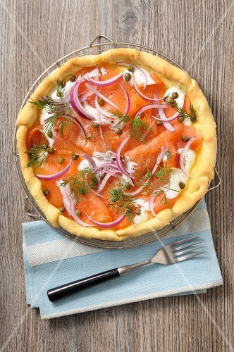 Salmon with onions, capers and dill