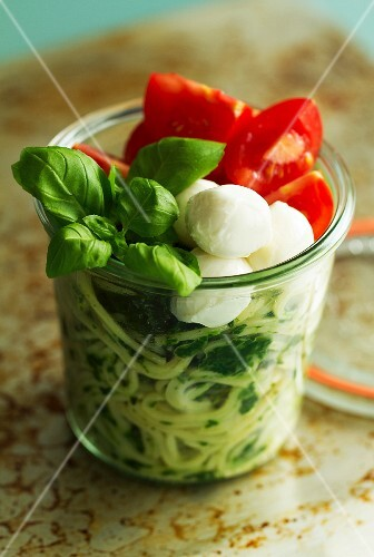 Lunch in a glass jar: spaghetti with spinach, mozzarella and basil