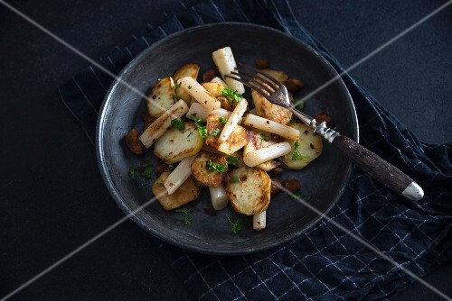 Fried potatoes with black salsifies and soya strips (vegan)
