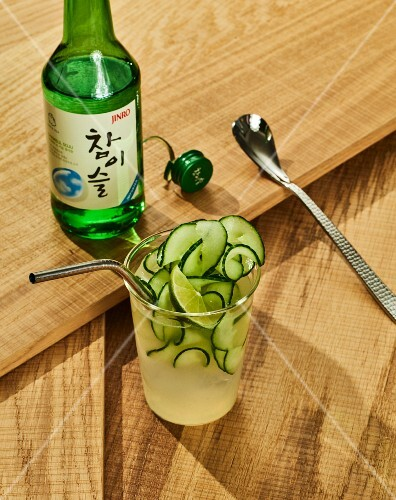 seoul mule koreanischer cocktail mit gurke soju und ingwerbier bild kaufen 12342641. Black Bedroom Furniture Sets. Home Design Ideas