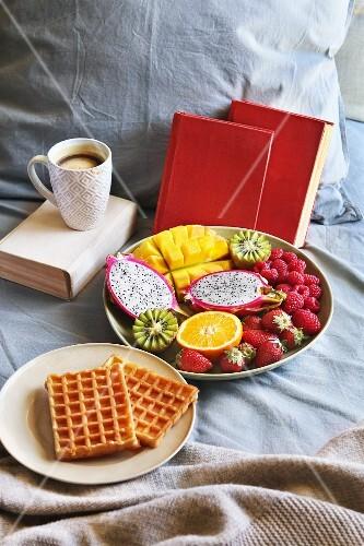 fr hst ck im bett mit belgischen waffeln frischem obst und kaffee bild kaufen 12346961. Black Bedroom Furniture Sets. Home Design Ideas