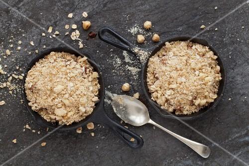 schokoladen birnen crumble crisp in gusseisenpfanne ungebacken bild kaufen 12352171. Black Bedroom Furniture Sets. Home Design Ideas