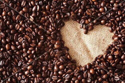 viele kaffeebohnen mit ausgeschnittener herzform auf jute bild kaufen 12369081 stockfood. Black Bedroom Furniture Sets. Home Design Ideas