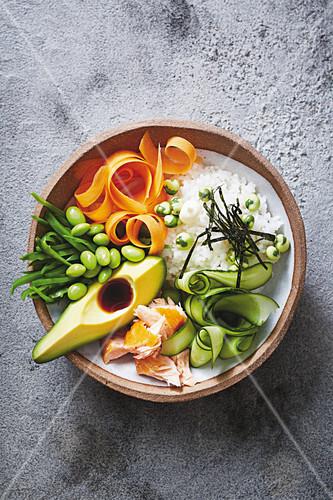 sushi bowl mit lachs avocado gurke edamame und reis japan bild kaufen 12408083 stockfood. Black Bedroom Furniture Sets. Home Design Ideas