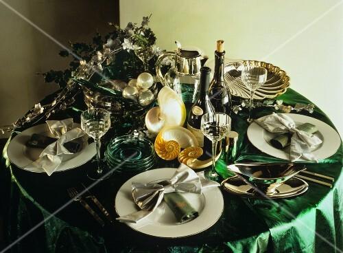 festlich gedeckter tisch mit muscheln perlen gr nem tischtuch bild kaufen 139571 stockfood. Black Bedroom Furniture Sets. Home Design Ideas