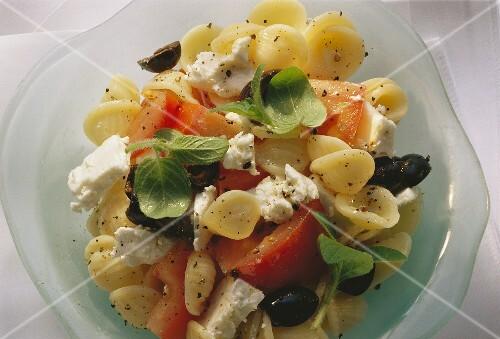 griechischer nudelsalat mit tomaten schafsk se oliven bild kaufen 202389 stockfood. Black Bedroom Furniture Sets. Home Design Ideas