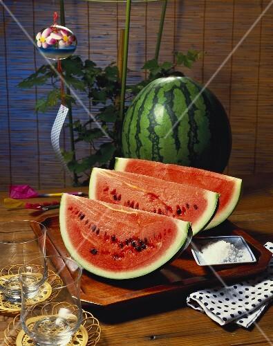 wassermelonenspalten auf holztablett asiatische deko bild kaufen 234713 stockfood. Black Bedroom Furniture Sets. Home Design Ideas