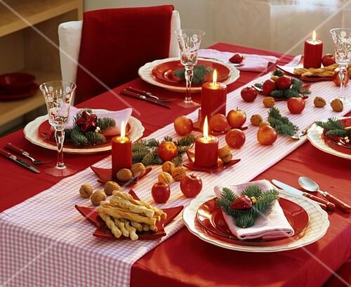 weihnachtliche tischdekoration mit pfeln bild kaufen. Black Bedroom Furniture Sets. Home Design Ideas