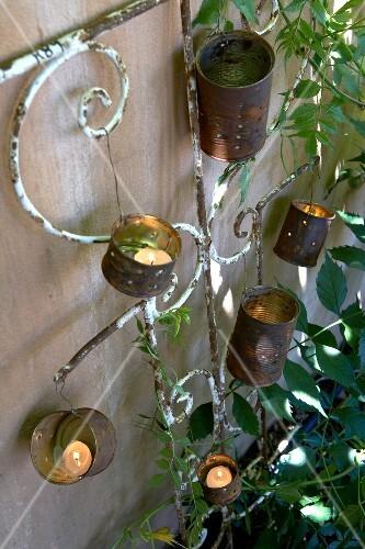 gartendeko aus alten blechdosen f r windlichter bild kaufen 275069 stockfood. Black Bedroom Furniture Sets. Home Design Ideas
