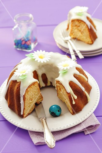 Iced yeast cake for Easter