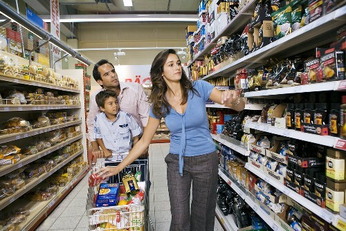 familie mit einkaufswagen zwischen den regalen im supermarkt bild kaufen 270421 stockfood. Black Bedroom Furniture Sets. Home Design Ideas