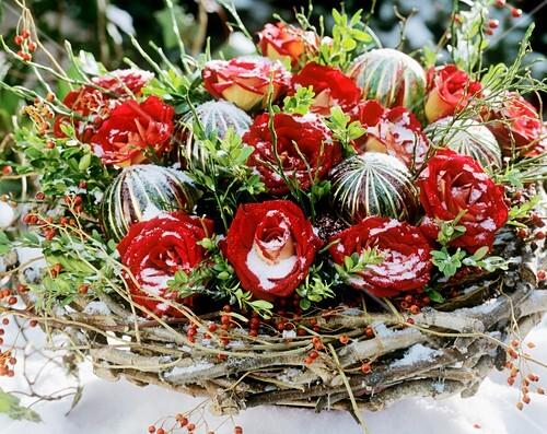 Weihnachtsgesteck Mit Roten Rosen Buchszweigen Und