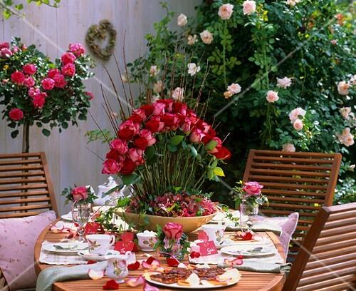 festlich gedeckter tisch mit rosen im freien bild kaufen. Black Bedroom Furniture Sets. Home Design Ideas