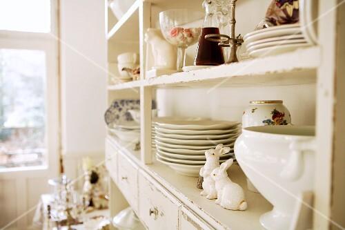 Antik weiss gestrichener küchenschrank mit altem geschirr und deko ...
