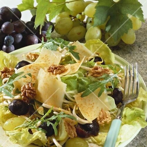 trauben k se salat mit waln ssen bild kaufen 278315 stockfood. Black Bedroom Furniture Sets. Home Design Ideas
