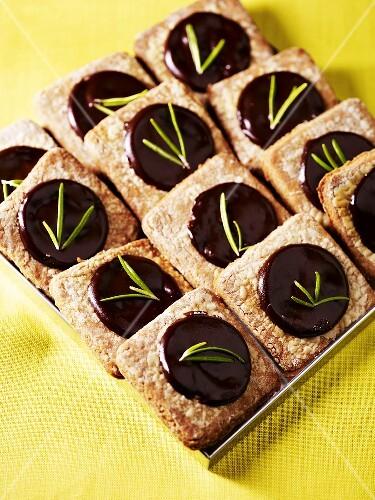 m rbe pl tzchen mit schokoladenf llung rosmarin bild kaufen 285853 stockfood. Black Bedroom Furniture Sets. Home Design Ideas