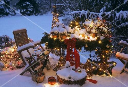 Weihnachtsdeko Auf Einer Verschneiten Terrasse Bild
