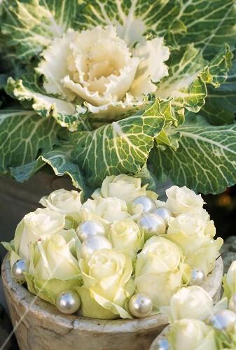 Pin gesteck mit zierkohl fr chten der seidenpflanze und for Datteln deko