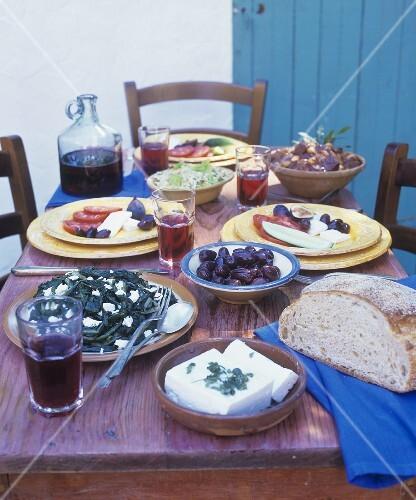 gedeckter tisch mit verschiedenen griechischen speisen bild kaufen 304809 stockfood. Black Bedroom Furniture Sets. Home Design Ideas