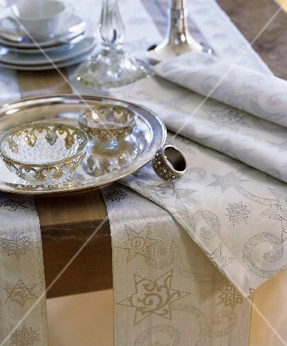 festlich gedeckter tisch zu weihnachten mit silbergeschirr bild kaufen 332519 stockfood. Black Bedroom Furniture Sets. Home Design Ideas