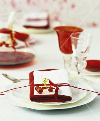 festlich gedeckter tisch zu weihnachten mit rotwein bild. Black Bedroom Furniture Sets. Home Design Ideas