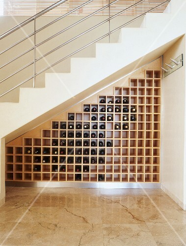 stauraum f r weinflaschen unter einer treppe mit metallgel nder bild kaufen 341999 stockfood. Black Bedroom Furniture Sets. Home Design Ideas