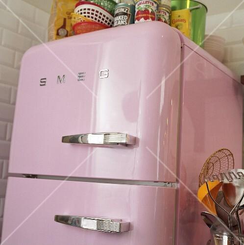 Kühlschrank retro rosa  Rosa Kühlschrank – Bild kaufen – 350505 – StockFood