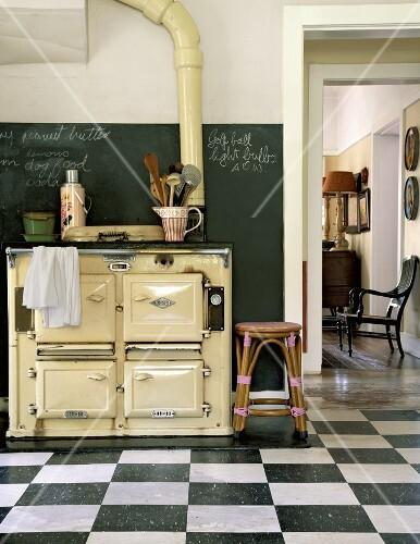 ein antiker holzofen in der k che mit schachbrettboden bild kaufen 348265 stockfood. Black Bedroom Furniture Sets. Home Design Ideas