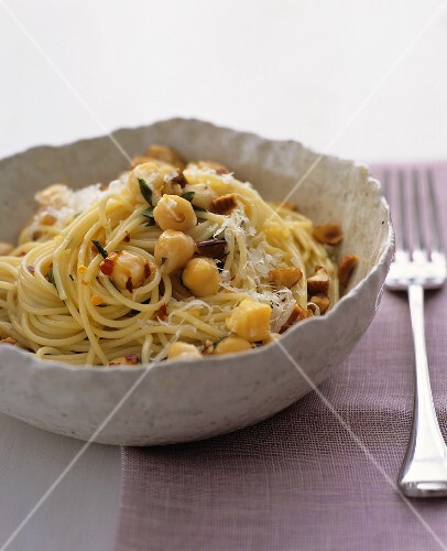 Spaghetti with chick-peas, almonds and chilli