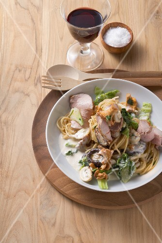 Spaghetti with smoked, cured pork, savoy cabbage & mushrooms