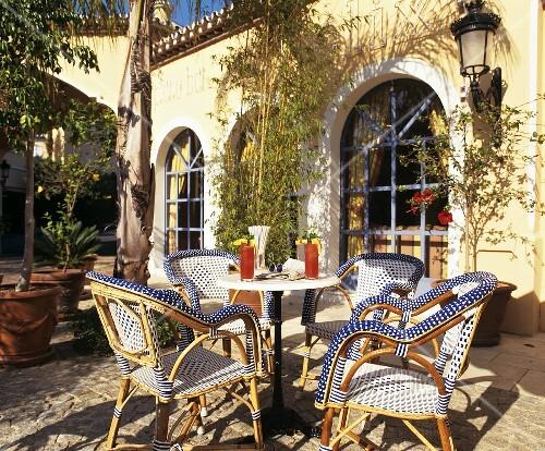 kleiner tisch mit drinks und rattansessel im freien bild kaufen 376337 stockfood. Black Bedroom Furniture Sets. Home Design Ideas