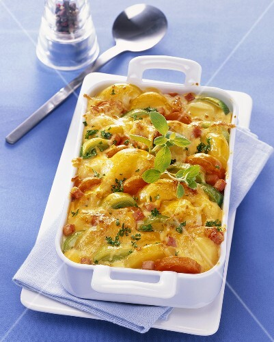 Potato bake with leek and tomatoes