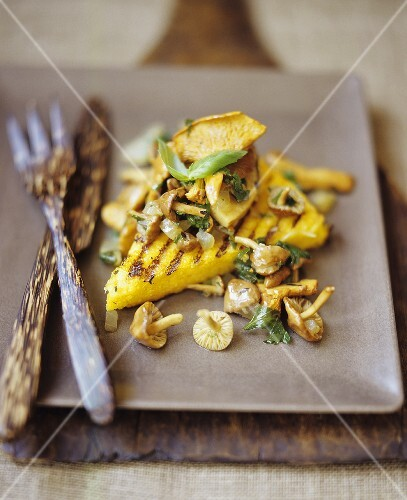 Polenta ai funghi (Grilled polenta slices with mushrooms)