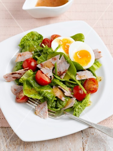 Spinach salad with egg, bacon and cherry tomatoes