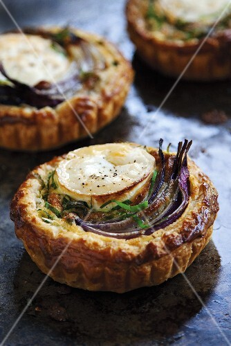 Tartlets with goat's cheese and onions